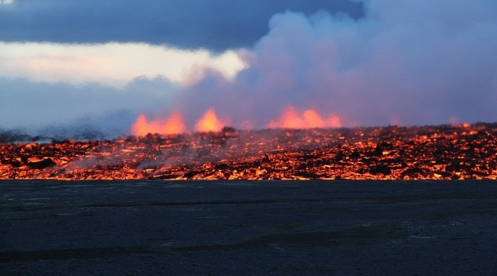 lavafeld-mit-eruption.png